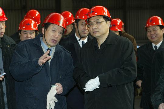 2005年1月30日,时任辽宁省委书记的李克强在鞍钢调研。