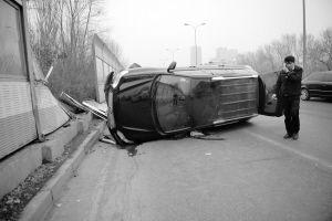 吉普车撞上路边隔音板后侧翻,隔音板被撞坏。