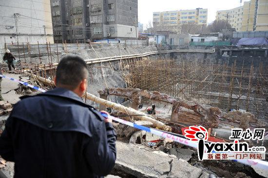 图为建设单位正在对现场进行清理,坍塌区域四周围起了围栏,拉起了警戒线,时不时的就有居民凑过来看。亚心网记者李瑞摄