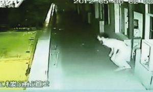 2012年5月30日,广东清远某高校学生在学校梦游后,从高楼跳下死亡,被监控拍到。