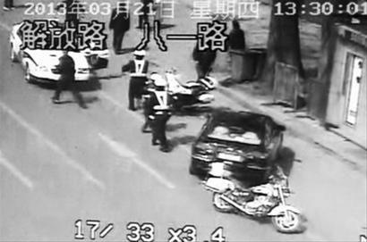 嫌疑人被带上警车后突然踹开警车车门逃跑,民警立即展开抓捕。