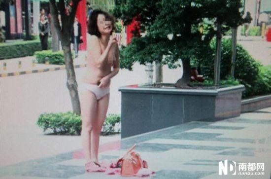 深圳女子闹市裸体向前男友索债