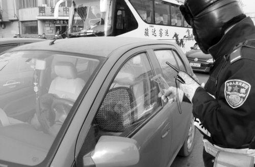 交警拦车借来安全锤,立即砸窗救人