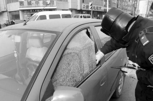 为了赢得更多的时间,交警迅速将玻璃砸碎