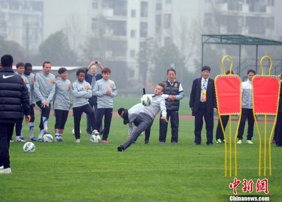 2013年3月23日,武汉,2013贝克汉姆中国行,贝克汉姆参观武汉卓尔现场表演任意球,因场地湿滑而不慎滑倒。
