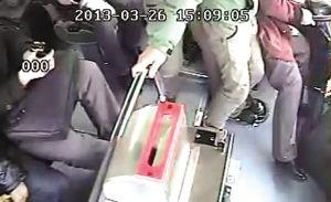 ▲车上监控显示穿红衣服的男乘客拽着方向盘不肯走■截屏图片