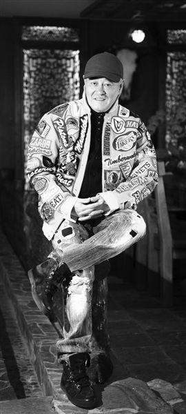 赵本山平时的穿衣风格和舞台上大相径庭
