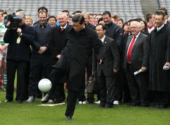 习近平去年访问爱尔兰时一展足球身手