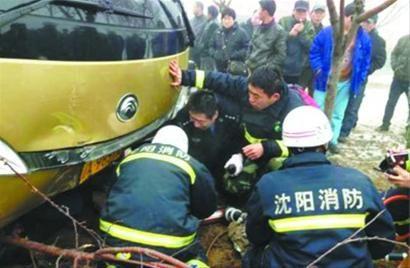 昨早7时许,沈阳市胜利大街三环桥下发生多车连撞事故,骑电动车的刘自平被卡在大客车底,在消防官兵、交警和数十位市民的帮助下,刘自平被成功救出。 读者王先生 供图