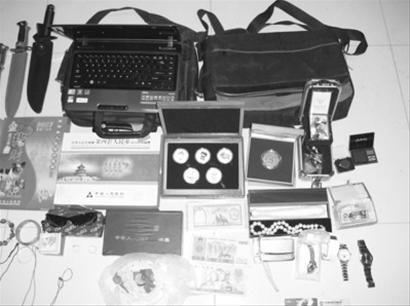 警方在李某家中缴获名表7块、手机10部、数码相机4部等涉案物品。
