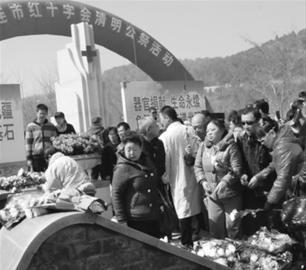 社会各界人士纷纷向那些捐献出自己遗体的逝者们送上一束菊花寄托哀思和尊敬。