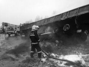消防人员扑救着火货车 ■消防供图
