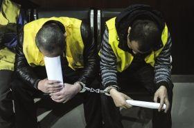 4月3日,长沙市中级人民法院,被告人解跃忠(左)和刘武松接受采访时低下了头。图/实习记者杨旭