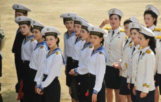 图为集合中的朝鲜海军文工团女兵,可见容貌质量普遍超过普通朝鲜女兵。