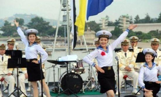 图为文工团女兵载歌载舞表演节目