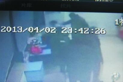 监控显示,这名男子挥拳打向值班的女医生。 儿童医院供图