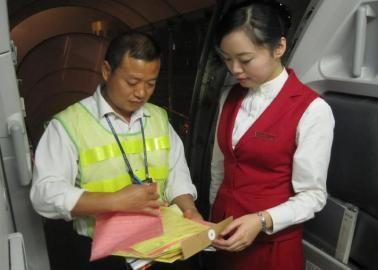 在飞机上发起募捐的乘务长张紫君(右)