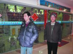 尚先生及女婿在美容院外等待