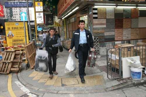 警方在现场检走铝通及行李拖杆等证物。区天海摄影