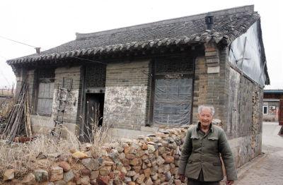 这栋堪称城山镇最古老的民居有100多年历史,老屋的主人盖老汉,孤守这栋百年老屋已经60多年。