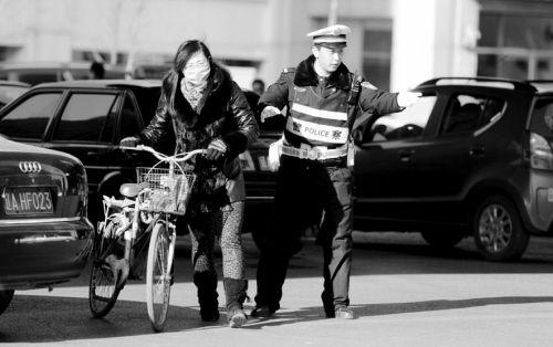 4月12日,尽管成了红人,但李冰依然认真工作