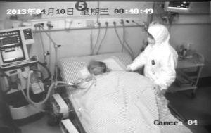 高额医疗救治费用可通过大病保险制度等予以保障   10日,医院监控视频显示护士在对一位救治中的H7N9禽流感患者进行护理 ■据新华社