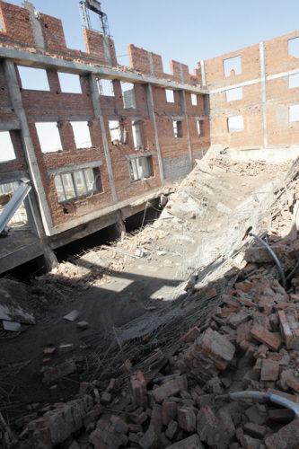 整块钢筋混凝土顶盖坍塌掉落