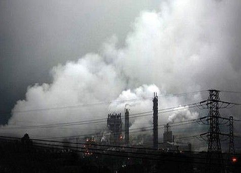 巴西库巴唐工厂上空的浓烟