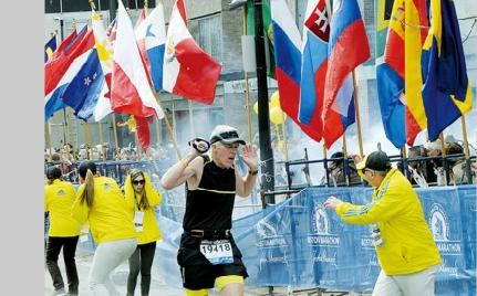 4月15日,第117届波士顿国际马拉松赛在美国波士顿鸣枪,在比赛的尾声阶段,终点线附近发生了爆炸。 新华社发