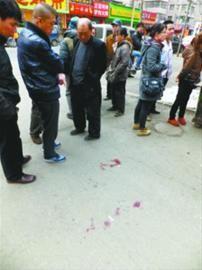 案发地沈阳市沈河区风雨坛街4-4号所在小区门口血迹斑斑,王臣最后瘫倒在这里,附近居民提及此事痛心不已。 本组图片由辽沈晚报记者 王迪 摄