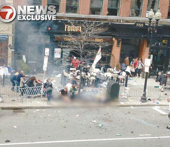 爆炸发生后,邮箱旁的包不见了。