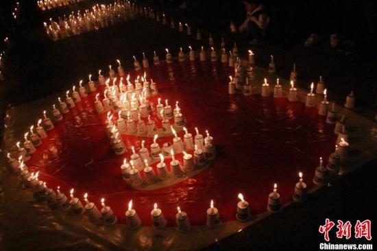 众人点燃蜡烛祈福