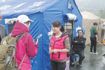 李孟如向记者(左)讲述地震时的情况,对将来态度很乐观。