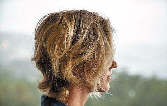 受害女专家一头金色长发已被剪短