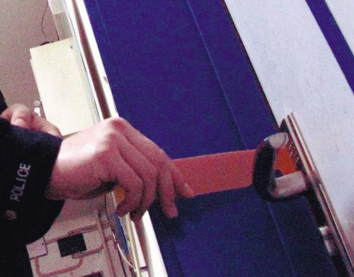 民警演示钩锁开门过程