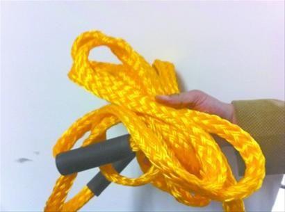 地震灾害让人恐慌,市民李先生自购了一条救生绳放在家中。记者关钦月摄