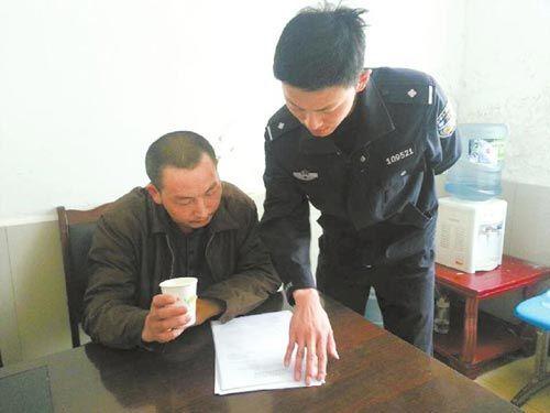 民警向张某宣读行政处罚决定
