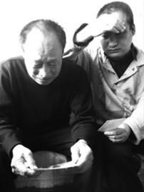 """母亲的出走让何欣(右)后悔不已,更让父子俩担心。面对镜头,36岁的何欣第一次对母亲说声""""对不起""""。 辽沈晚报、北国网记者 李晨溪 摄"""