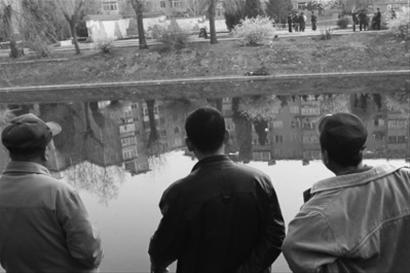 昨日下午,一名男青年在沈阳北运河北塔桥南侧岸边寻短见。人们远远望着,惋惜21岁的他为何想不开。 辽沈晚报、北国网记者 姜旭 摄