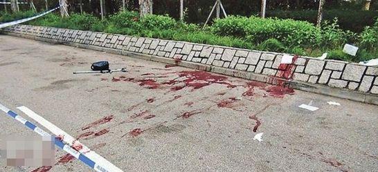 4月28日,香港上水北区医院外发生凶杀案,1名黑帮头目遭两人砍杀身亡。图为凶案现场血渍斑斑,留下死者的拐杖及黑色袋。