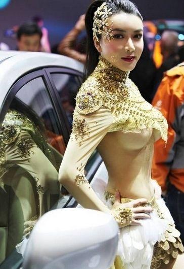 这位穿着大胆暴露装的女艺人是一部新片的演员