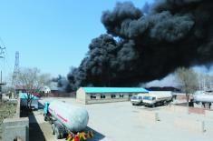 毛茔子一处厂房突发大火,滚滚浓烟飘出3公里远起火处紧邻液化气站,消防官兵站到液化气仓库上