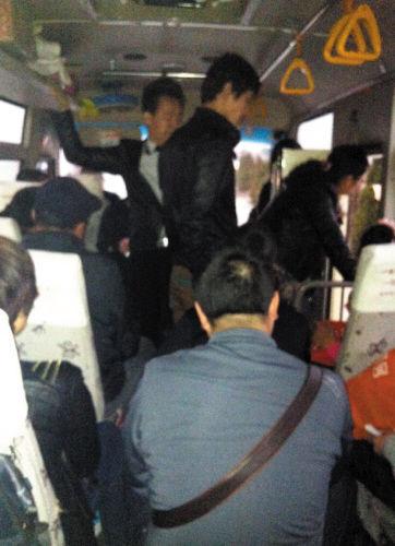 车上狭小的过道里,或坐或站地挤满了乘客。