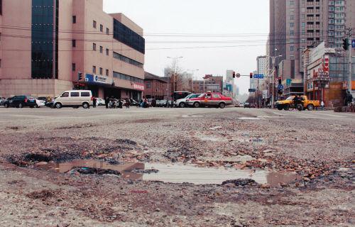 三好街与文艺路路口的大坑