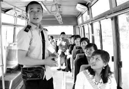售票员杨振虎与文章长得很像,乘客都觉得很好奇