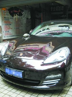 昨日,李家沱马王坪,这辆保时捷引擎盖被乌龟砸了个坑。记者 许恢毅