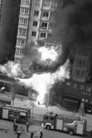 昨日下午2时许,本溪建工地区一家饭店门前液化气罐爆炸引发大火,大火过后饭店门脸已被烧毁。这是灭火现场。 网友供图