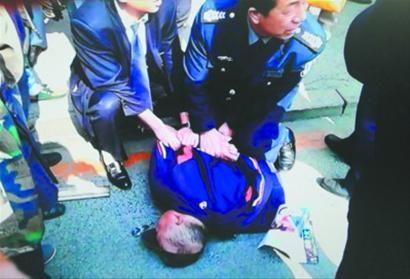 昨日上午,某银行沈阳南五马路支行一名61岁男子将68岁存款者的600元现金抢走夺路而逃,后被众人抓住。辽沈晚报、北国网记者 姜旭翻拍