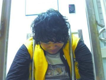 昨日,在沈阳市铁西区看守所,23岁的犯罪嫌疑人代某某落下悔恨的泪水。   辽沈晚报、北国网记者 宫雪 摄