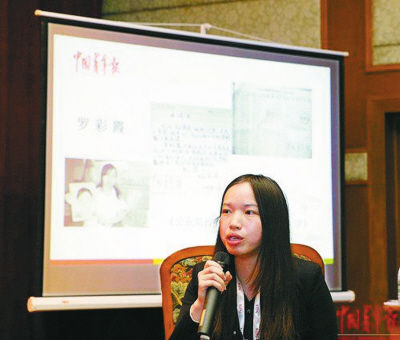 罗彩霞从新闻当事人变身为记者。